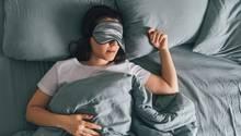 Gesunder Schlaf: Eine Frau liegt im Bett und schläft