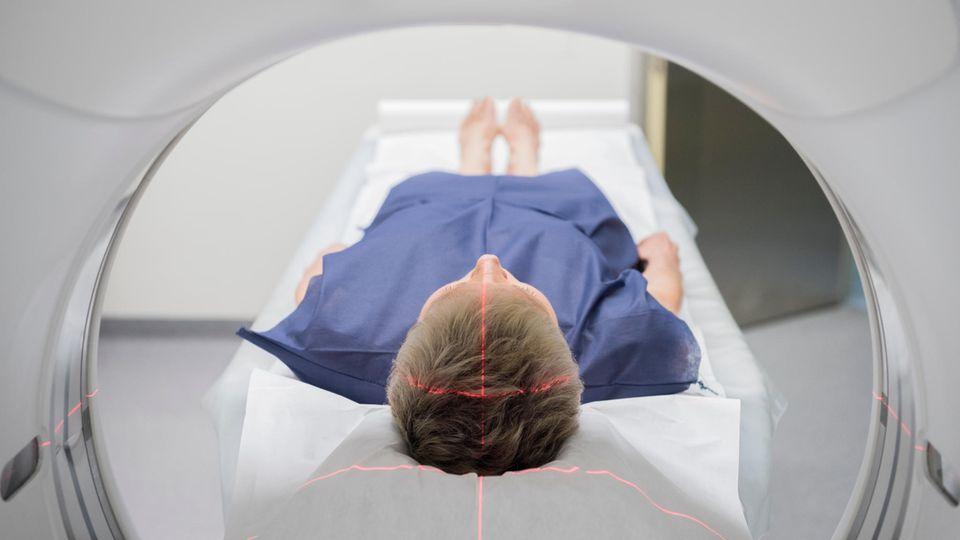 Frau beim Röntgen