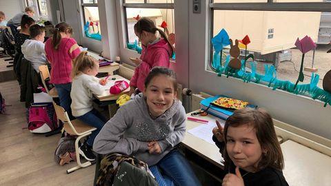 Emma und Romy auf den Schulstühlen