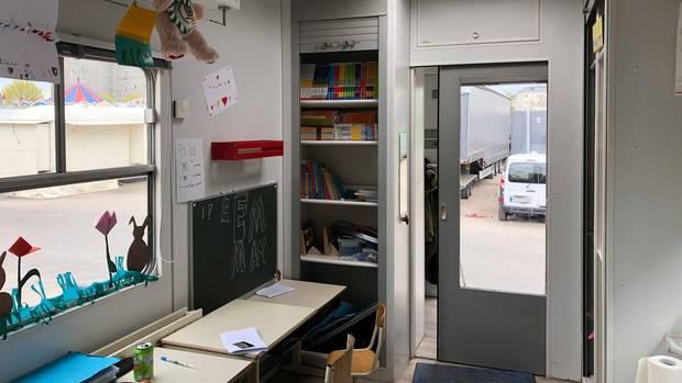 Leerer Schulbus mit Stühlen und Ausstattung