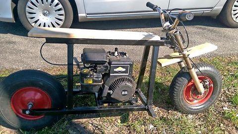 Ein selbstgebautes Moped steht am Straßenrand