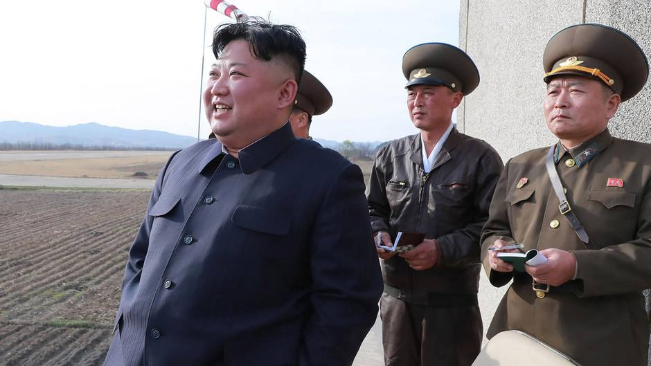 Das offizielle Foto der nordkoreanischen Armee zeigt Kim Jong Un, wie er den Test der taktischen Lenkwaffe beobachtet