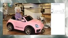 Kleinkind fährt einen pinken Spielzeug-VW-Beetle in den Operationssaal.
