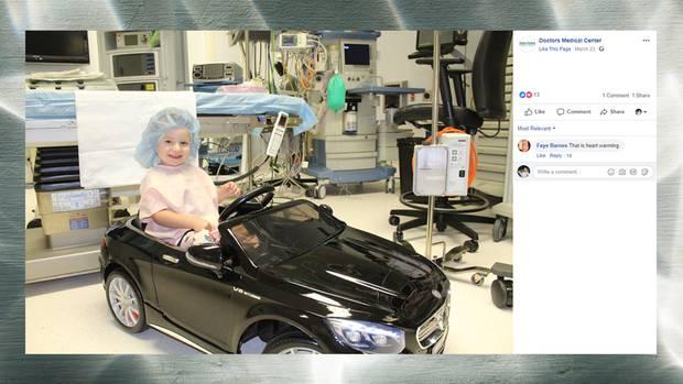 Kleinkind fährt schwarzen Spielzeug-Mercedes in Operationssaal