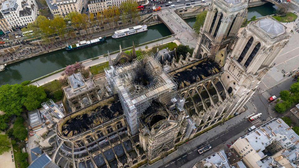 Eine Luftaufnahme der Pariser Kathedrale Notre-Dame zeigt die Brandschäden