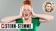 Mädchen hält sich die Ohren zu und schreit