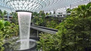 Im Mittelpunkt steht der Wasserfall, der aus der gläsernen Decke als kreisrunder Vorhang über 40 Meter in die Tiefe fällt