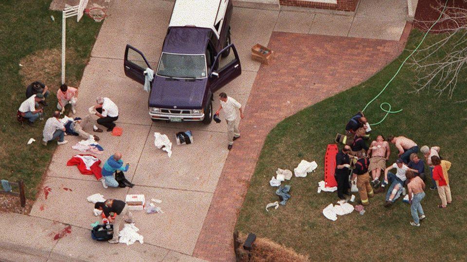 Verletzte werden nach dem Columbine-Amoklauf versorgt