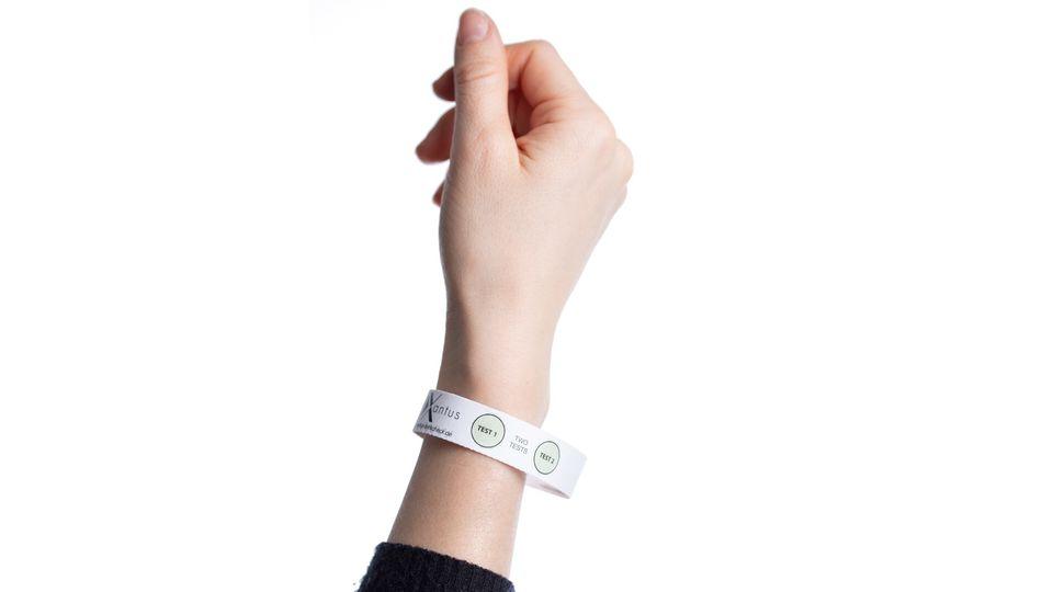 Das Armband gegen K.o.-Tropfen funktioniert wie ein Teststreifen