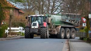 nachrichten deutschland - kind mit traktor unterwegs