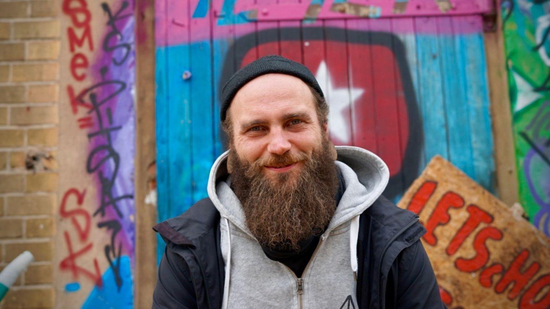 Tobias Burdukat berichtet im MONO-Podcast über seine Arbeit als Jugendsozialarbeiter in der sächsischen Provinz