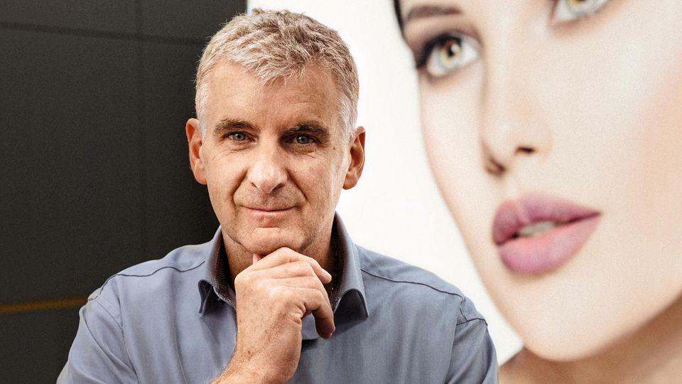 Artur Warsig, de 59 años, se especializa en cirugía plástica.  En 1998 fundó el Vienna Aesthetic Center, a partir del cual se estableció el Instituto de Cirugía Plástica en 2008. En 2016 asumió la dirección de la clínica privada Währing.