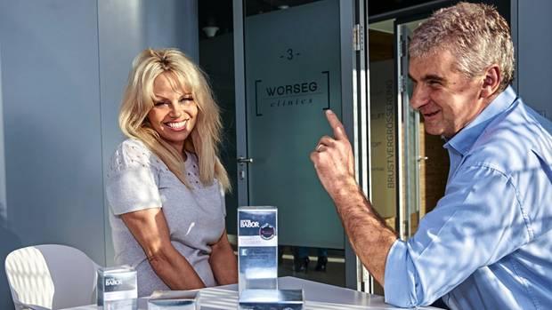 """""""In meiner Branche sind die Auftragsbücher übervoll"""", sagt Worseg. Hier empfängt er den ehemaligen """"Baywatch""""-Star Pamela Anderson."""