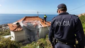 Ein Polizist schaut auf die Unglücksstelle