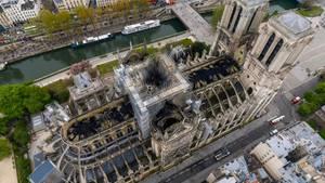 Eine Luftaufnahme zeigt die Brandschäden an der Pariser Kathedrale Notre-Dame