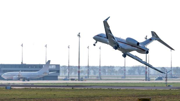 Regierungsflieger vom Typ Global 5000 auf dem Flughafen Berlin-Schönefeld