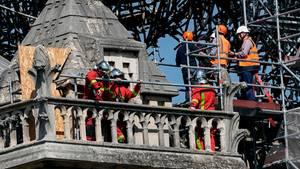 Experten begutachten am Karfreitag die Brandruine der Kathedrale Notre-Dame de Paris. Die Staatsanwaltschaft warnt unterdessen vor falschen Spendenaufrufen.