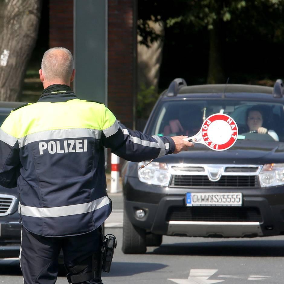 Alkohol-Kontrolle: 50 Männer bedrängen Polizisten bei Verkehrskontrolle