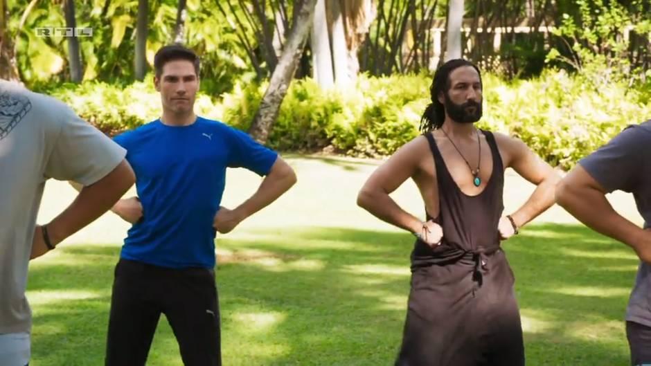 Christian Polanc und Massimo Sinato versuchen sich am Tanz der Hawaiianer