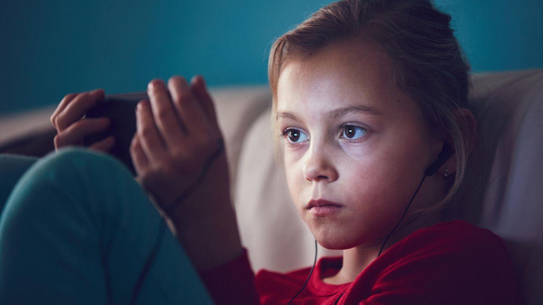 Das Smartphone gehört nachts nicht in Kinderhand.