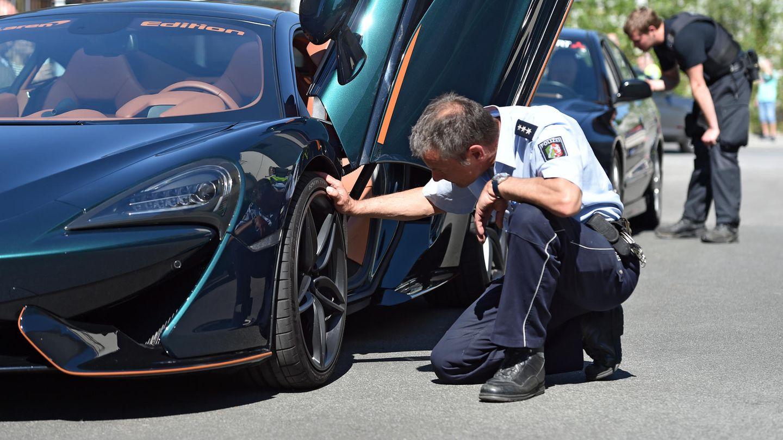 """Polizist kontrolliert in Bochum ein Auto am """"Car-Friday"""""""
