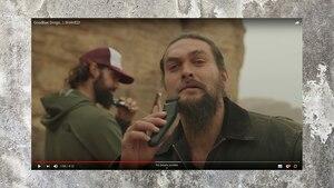 Jason Momoa rasiert sich den Bart