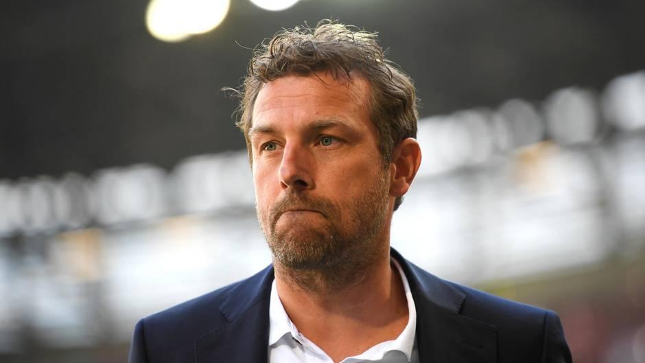 Schwante ihm schon Böses? VfB-Stuttgart Trainer Markus Weinzierl vor dem Bundesligaspiel beim FC Augsburg