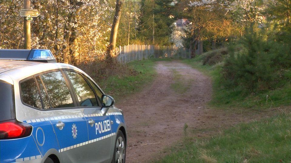 In der Nacht wurde eine Babyleiche in einem Wald im Ilm-Kreis in Thüringen gefunden. Bei Tageslicht untersucht die Polizei weiterhin die Region des Fundorts.