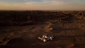 Die Landschaft ist so rot wie der Mars.