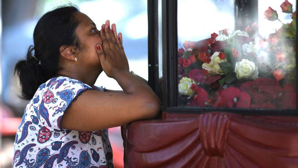 Eine Frau betet in der St.-Sebastian-Kirche in Negombo. Auch dieses Gotteshaus war Ziel der Attentate vom Ostersonntag in Sri Lanka.