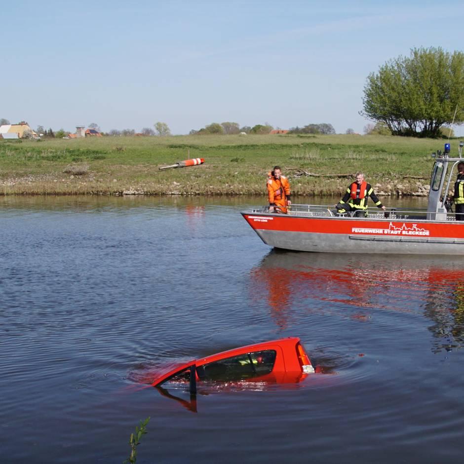 Nachrichten aus Deutschland: Paar stürzt mit Auto in Hafenbecken und wird von Passanten gerettet