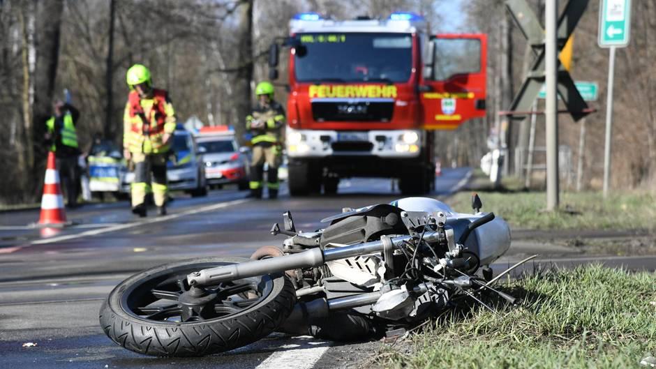 Ein Motorrad liegt an einem Bahnübergang neben der Straße. Am sonnigen Osterwochenende sind zahlreiche Motorradfahrer auf deutschen Straßen verunglückt.
