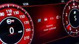 Die Farbe des digitalen Cockpits im Jaguar F-Pace SVR wechselt je nach Fahrt-Modus