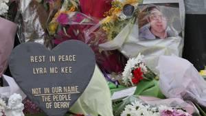 Blumen und Herzen am Tatort, wo die Journalistin Lyra McKee am Donnerstagabend bei einer Demonstration erschossen wurde