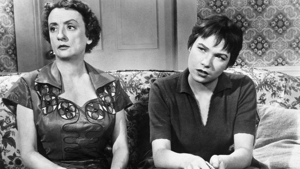 """Shirley MacLaine (r.) zusammen mit Mildred Natwick in """"Immer Ärger mit Harry"""" (1955)"""