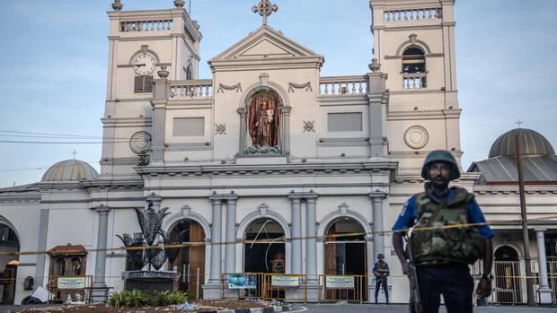 Sicherheitskräfte bewachen die St.-Antonius-Kirche in der Hauptstadt Colombo