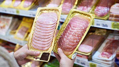 Tierische Produkte wie Fleisch und Wurst  Wer gesünder leben und dabei die Umwelt schützen will, sollte wenigerRindfleischessen. Das belegt eine neue Studie nun eindrücklich. Ein Umstieg etwa von Rindfleisch auf alternative Eiweißquellen wie Hülsenfrüchte könnte die Zahl der ernährungsbedingten Todesfälle weltweit um bis zu 2,4 Prozent senken.Zugleich zeigt die Studie, dass die Rindfleischproduktion im Jahr 2010 für 25 Prozent aller Treibhausgasemissionen aus dem Nahrungsbereich verantwortlich war. Alternative Eiweißquellen könnten den Ausstoß demnach deutlich reduzieren. Lesen Sie mehr dazu hier.