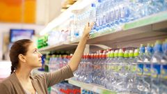 Wasserflaschen aus Plastik  Klar, Wassertrinken sollten wir alle. Nur nicht aus Plastik. Es gibt wohl kein Material, das die Meere mehr verschmutzt. Die EU will deshalb mit Recycling-Quoten dagegen vorgehen. Die Neuregelung schreibt vor, dass bis 2029 mindestens neun von zehn Plastikflaschen getrennt gesammeltund recycelt werden müssen. Bis dahin gilt: Investieren Sie besser in eine wiederverwendbare Flasche, die sie einfach am Wasserhahn auffüllen, wenn Sie durstig sind.
