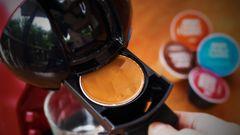 """Kaffeekapseln  Jeder dritte deutsche Haushalt besitzt bereits eine Kapsel-Kaffeemaschine. Beliebt sind sie vor allem wegen der einfachen und schnellen Zubereitung. Doch sie sind Müllsünder par excellence:Die Stiftung Warentest hat den Kapselmüll in Deutschland 2015 auf 5000 Tonnen Abfall hochgerechnet.Gezählt hat WarentestAlukapseln wie beiNespresso, aber auch Plastikkapseln von anderen Anbietern. Das Fazit:""""Umweltschutz sieht anders aus."""" Investieren Sie deshalb lieber in Kaffeemaschinen, die loses Kaffeepulver oder ganze Kaffeebohnen verarbeiten können. Probieren Sie mal diese Varianten."""