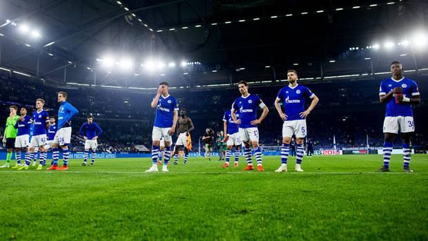Schalker Spieler stellen sich nach der Niederlage gegen Hoffenheim den Fans in der Nordkurve