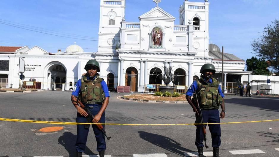 Wache vor christlicher Kirche in Sri Lanka