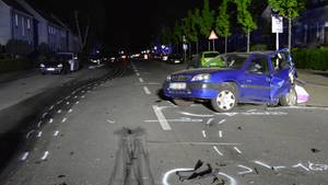 Der demolierte Citroen steht nach dem Unfall auf der Straße
