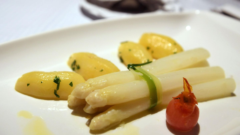 Spargel und Kartoffeln liegen auf einem Teller angerichtet