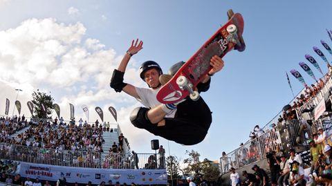 So erkennt man ihn leichter: Tony Hawk auf einem Skateboard