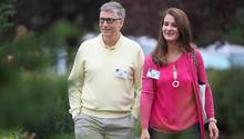 Bill Gates geht neben neben seiner Ehefrau Melinda Gates
