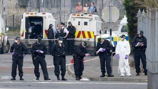 Polizisten am Tatort in Londonderry