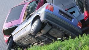 """Ziemlich ungewöhnliche """"Parkmethode"""" in Büdingen:Ein blauer Polo liegt auf zwei anderen Fahrzeugen"""