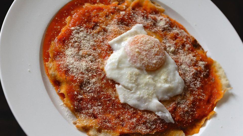 Pane frattau - Lasagne mit Pane carasau   Für 4 Personen · Zubereitung: 20 Minuten · Kochzeit: 10 Minuten · Schwierigkeitsgrad: leicht      Zutaten:  1 l Gemüsebrühe, 200 g Tomatensauce (frisch zubereitet oder aus der Dose), Salz, 5 Fladen Pane carasau, 150 g Pecorino sardo, 4 Eier (Größe M)      Zubereitung:  In einem Topf die Gemüsebrühe erwärmen. In einer Pfanne die Tomatensauce erwärmen. In einer anderen Pfanne Salzwasser zum Pochieren der Eier erhitzen. Das Pane carasau kurz in die Gemüsebrühe tauchen und dann eine erste Schicht auf einem Teller auslegen. Darauf mit einem Löffel die Tomatensauce verstreichen und frischen Pecorino daraufreiben. Denselben Vorgang in mehreren Schichten wiederholen. Mit einer Schicht Tomatensauce und geriebenem Pecorino sardo abschließen. Die Eier in dem heißen Wasser pochieren und jeweils eines zum Abschluss auf die Teller geben. Heiß servieren.