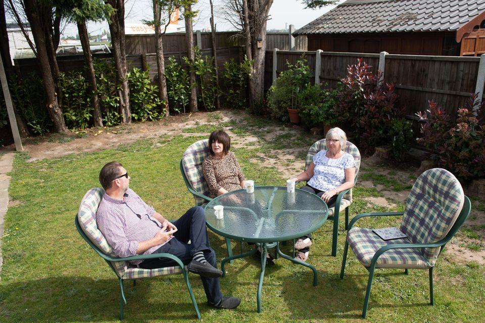 Alex und June Carr tauschen sich mit Nachbarin Janet Marchant aus