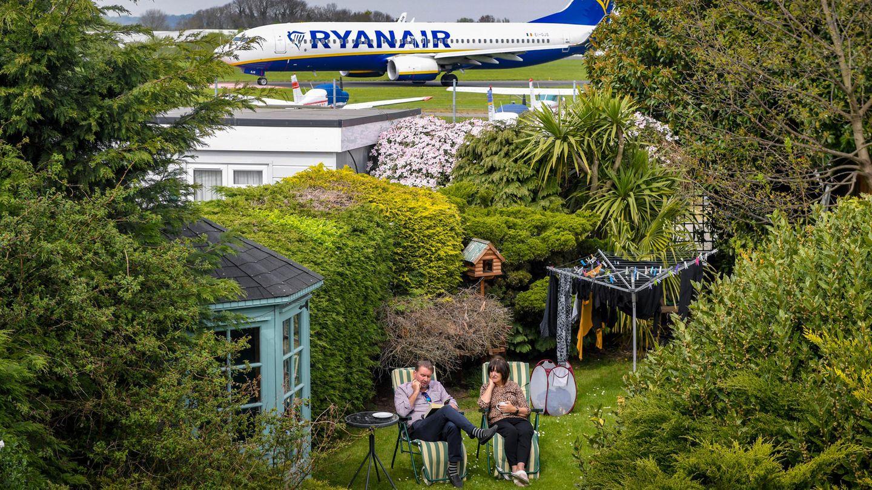 Alex und June Carr in ihrem Garten – neben dem Rollfeld des Flugplatzes
